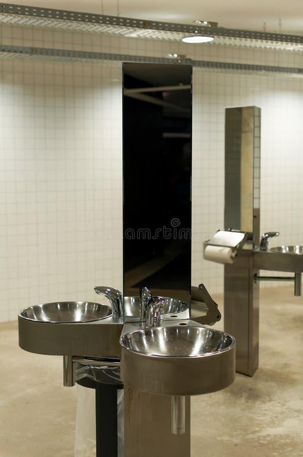 Lavandini in toilette pubblica fotografia stock libera da diritti