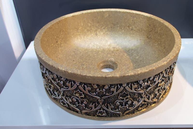 Lavandino antico rotondo fatto del calcolo Modello scolpito sul lavandino in bronzo fotografia stock