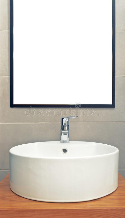 Lavandino in bagno moderno con lo specchio sulla parete fotografia stock immagine di - Lavandino bagno moderno ...