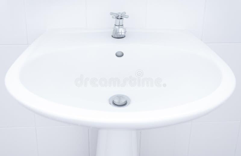 Lavandino bianco, lavandino del lavandino in bagno fotografie stock libere da diritti