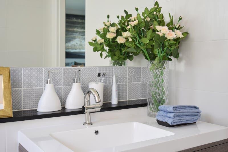Lavandino con la bottiglia del sapone liquido e del rubinetto immagini stock libere da diritti
