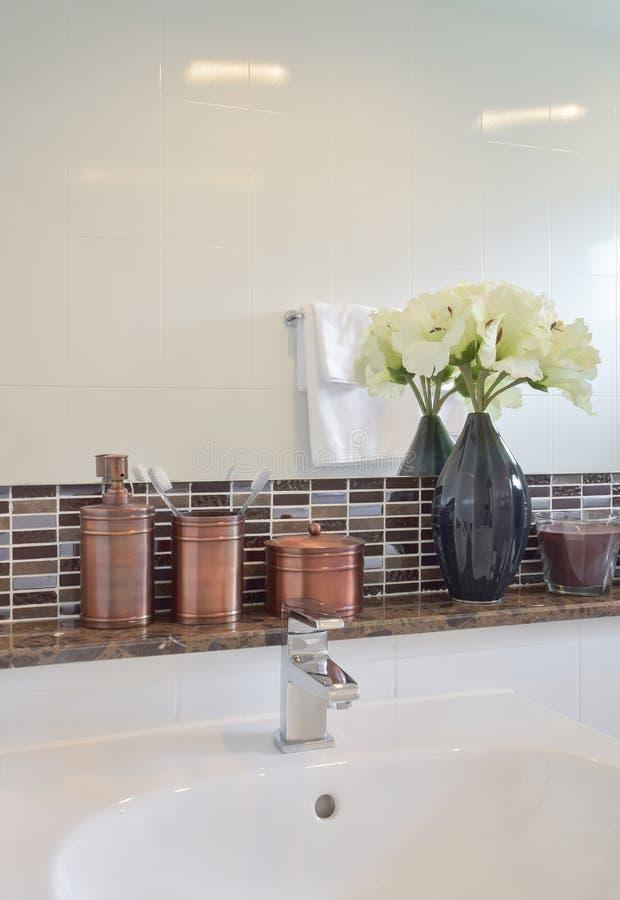 Lavandino con la bottiglia del sapone liquido e del rubinetto immagini stock