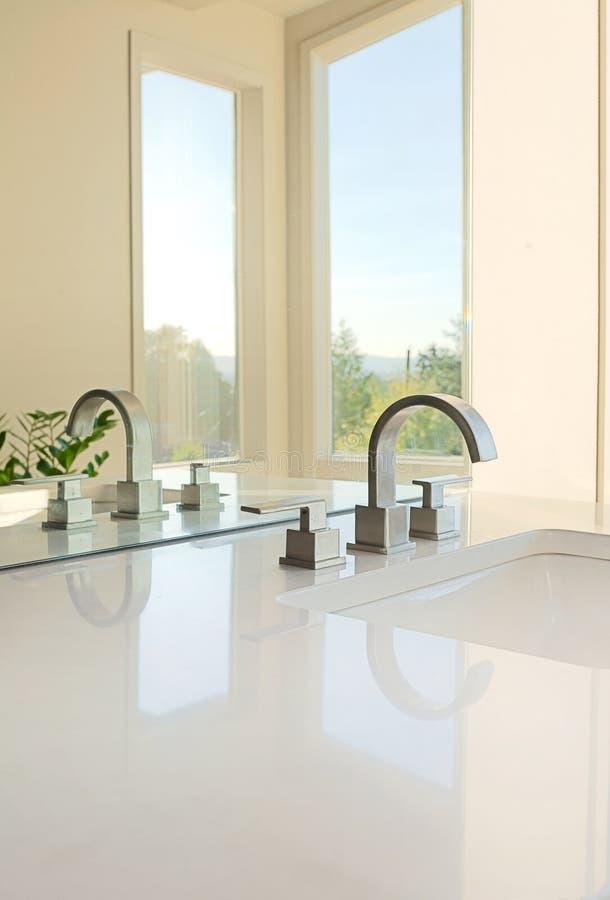 Lavandino di lusso del bagno fotografia stock immagine for Progettista del piano di casa