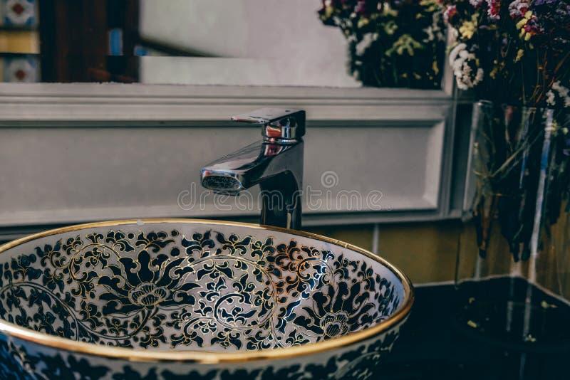 Lavandino del lavabo nel bagno della toilette immagini stock libere da diritti