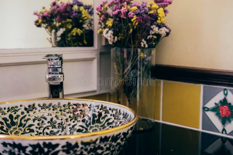 Lavandino del lavabo nel bagno della toilette fotografia stock