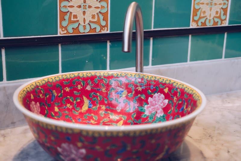 Lavandino del lavabo nel bagno della toilette immagine stock
