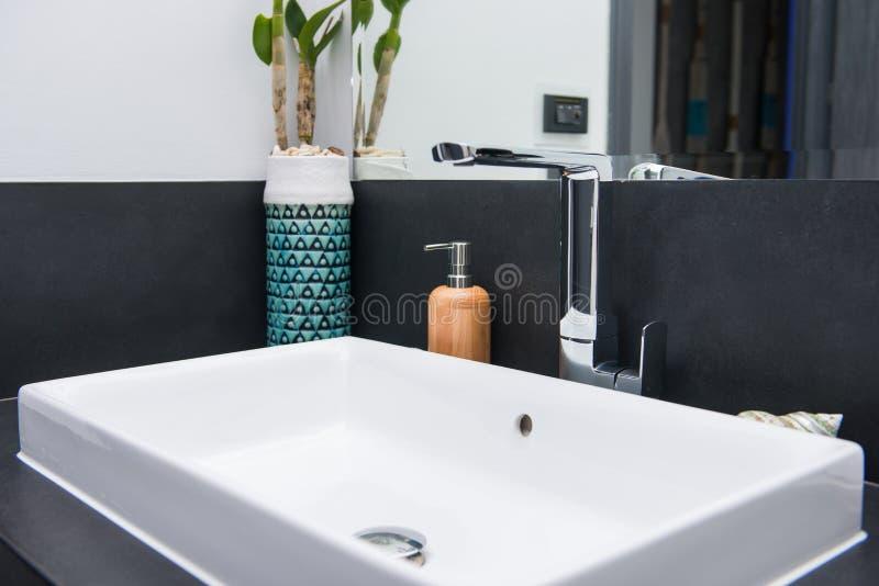 Lavandino di ceramica bianco in stanza da bagno immagini stock libere da diritti