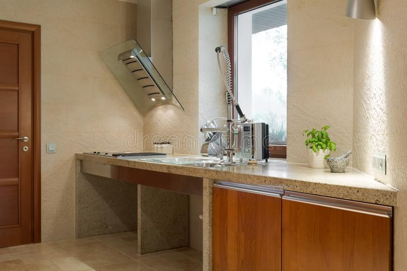 Lavandino di cucina con il rubinetto operato fotografie stock