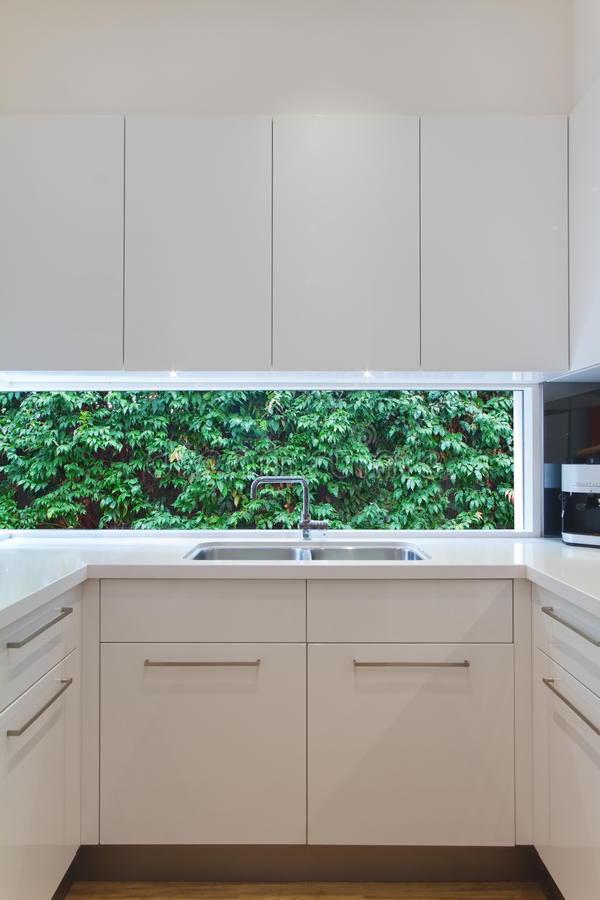 Lavandino di cucina contemporaneo residenziale con la finestra bassa che mostra a fotografia stock libera da diritti