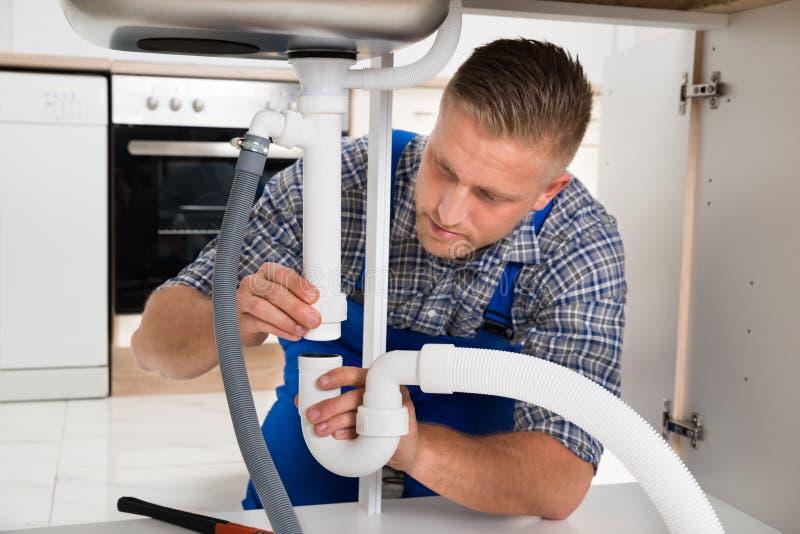 Lavandino di Repairing Pipe Of dell'idraulico immagini stock