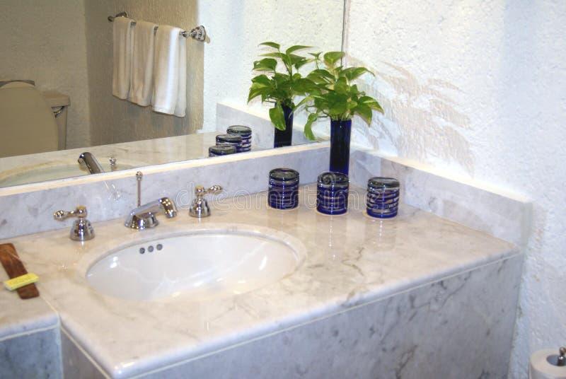 Lavandino, rubinetti, specchio e vaso del lavabo del bagno fotografia stock libera da diritti