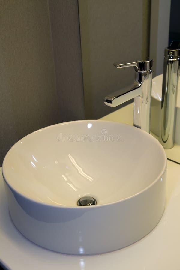 Lavandino rubinetto e contro moderni della ciotola del bagno fotografia stock immagine di - Rubinetto lavandino bagno ...