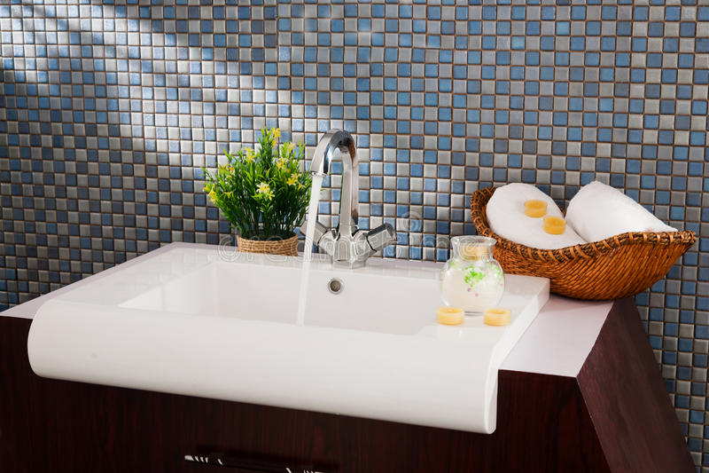 Lavandino in una stanza da bagno moderna fotografia stock libera da diritti