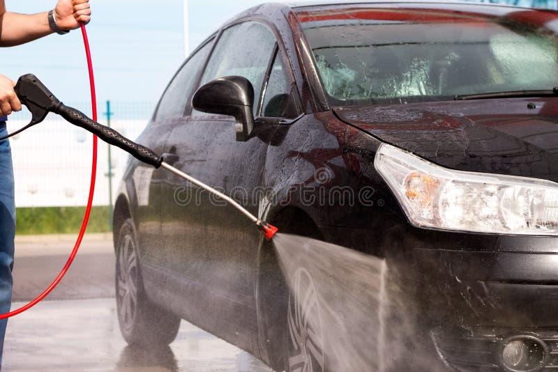 Lavando um carro com arruela da pressão foto de stock