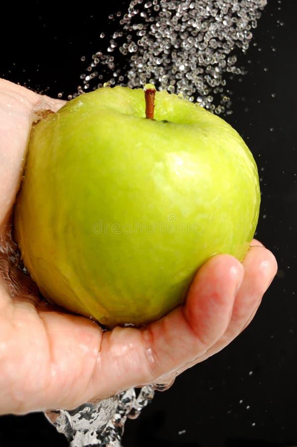 Lavando uma maçã imagem de stock