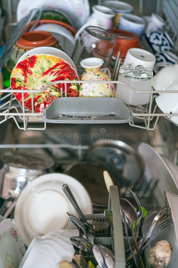Lavaplatos abierto con los platos limpios, cierre para arriba fotos de archivo