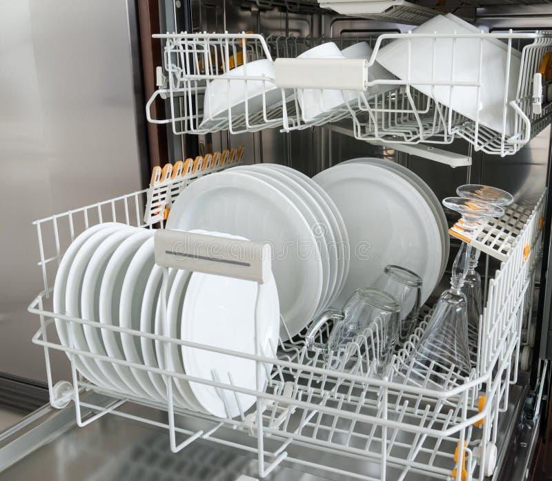 Lavaplatos con el dishware limpio Aparatos electrodomésticos foto de archivo libre de regalías