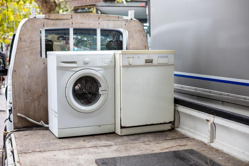 Lavaplatos y lavadora discarted viejos en un camión del vehículo imagen de archivo libre de regalías