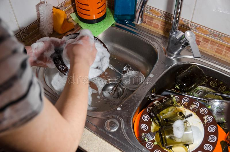 Lavare i piatti adirty con sapone e schiuma fotografie stock