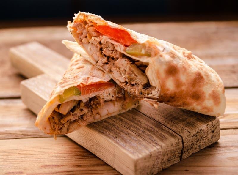 lavash皮塔饼面包鸡牛肉shawarma沙拉三明治与烤的RecipeTin Eatsfilled Shawarma三明治电罗经新卷  库存照片