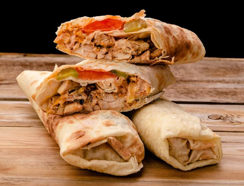 lavash皮塔饼面包鸡牛肉shawarma沙拉三明治与烤的RecipeTin Eatsfilled Shawarma三明治电罗经新卷  免版税图库摄影