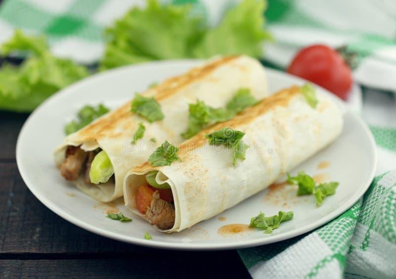 Lavash滚动用肉、菜和乳酪供食与绿色 库存照片
