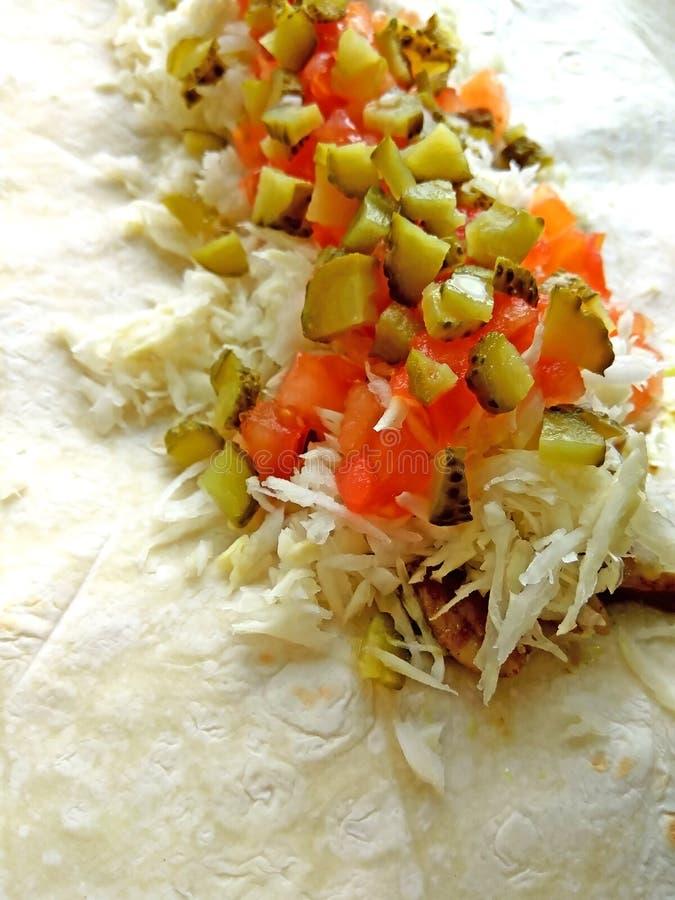 Lavash con el relleno de la ensalada del pollo, del col, del tomate y de la salmuera foto de archivo