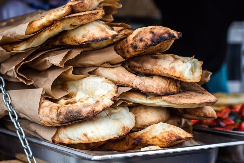 Lavash, pasticceria fresca dei prodotti della panificazione vende la pita caucasica di Lavash della cucina del primo piano delle  fotografie stock
