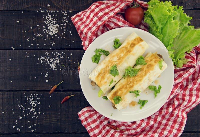Lavash rola com a carne, os vegetais e o queijo servidos com verde fotos de stock