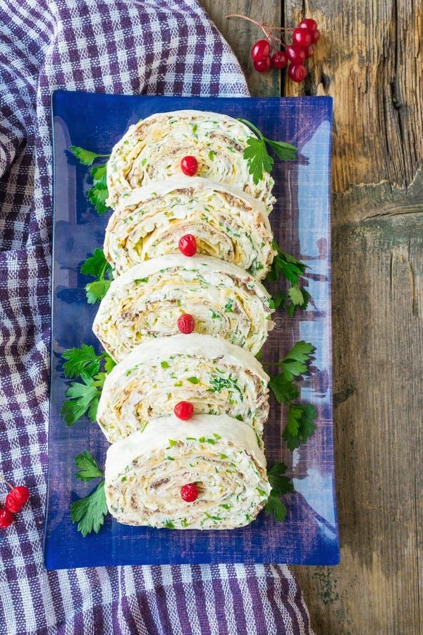 Lavashbroodje met kaas, ei en ingeblikte vissen De ruimte van het exemplaar stock fotografie
