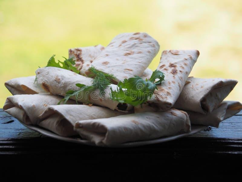 Lavashbroodjes op een plaat met kruiden stock fotografie