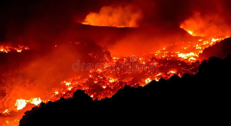 Lavastroom bij de vulkaan van Etna het losbarsten stock afbeeldingen
