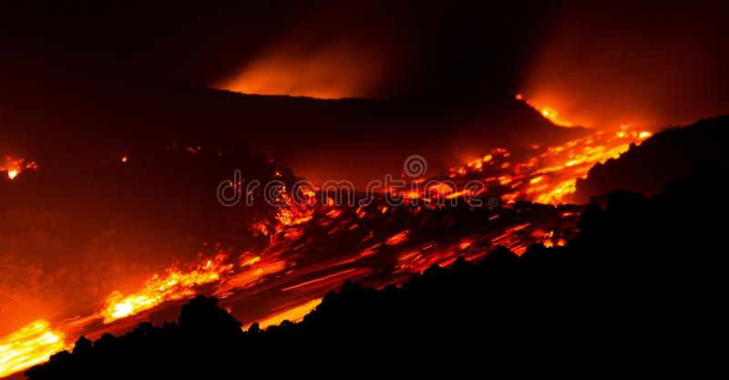 Lavastroom in motie op de vulkaan van Etna van actieve centrale krater royalty-vrije stock foto