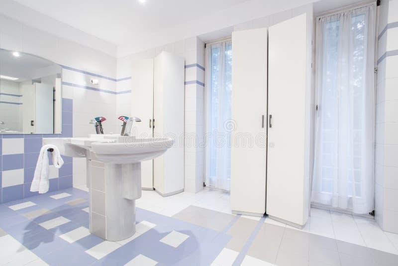 Lavatório no toalete fresco imagem de stock royalty free