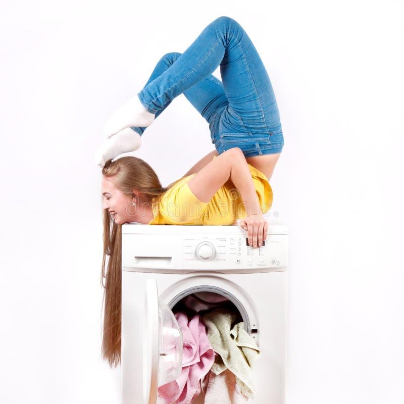 Lavatrice e ragazza isolate su fondo bianco apparecchi fotografia stock