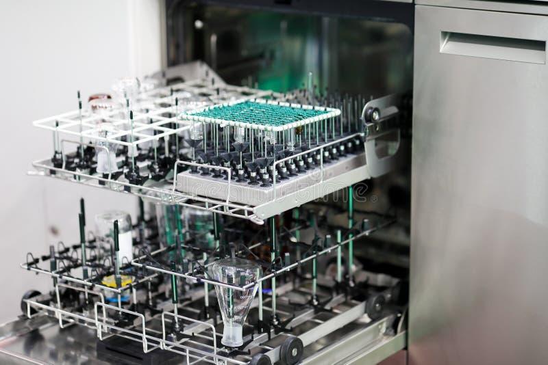 Lavatrici automatiche per la lavastoviglie per laboratori professionali fotografia stock