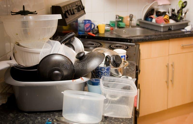 Lavatura dei piatti sporca di mess della cucina fotografie stock
