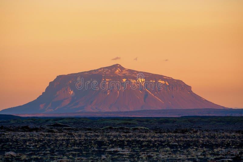 Lavawoestijn met een vulkaan, bij zonsondergang wordt genomen die stock afbeeldingen