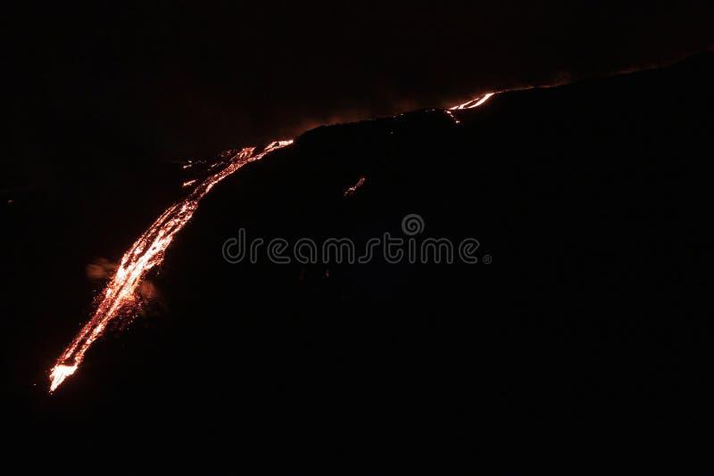 Lave circulant en bas de la montagne images libres de droits