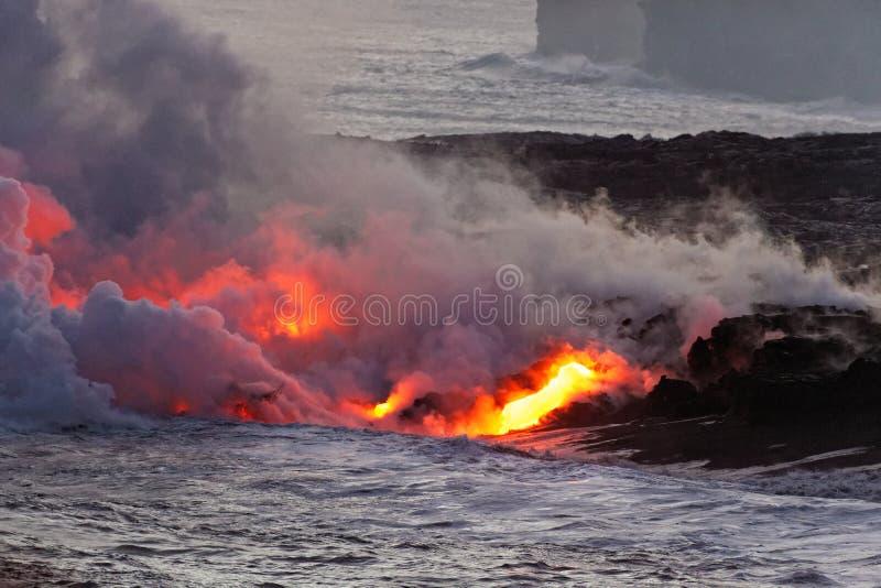 Lave coulant dans l'océan - volcan de Kilauea, Hawaï photos libres de droits