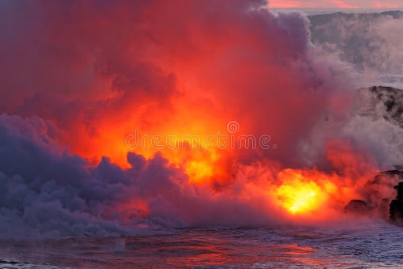 Lave coulant dans l'océan - volcan de Kilauea, Hawaï photographie stock libre de droits