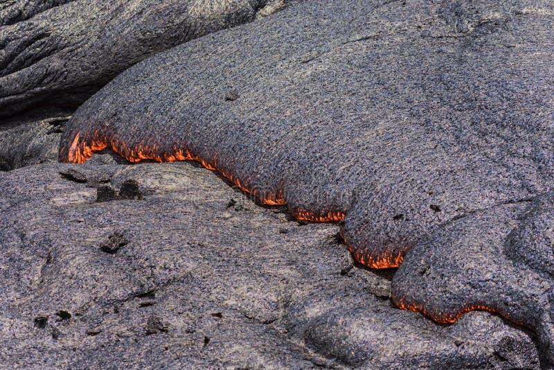 Lave coulant près île Hawaï de cratère de Puuoo de la grande images stock