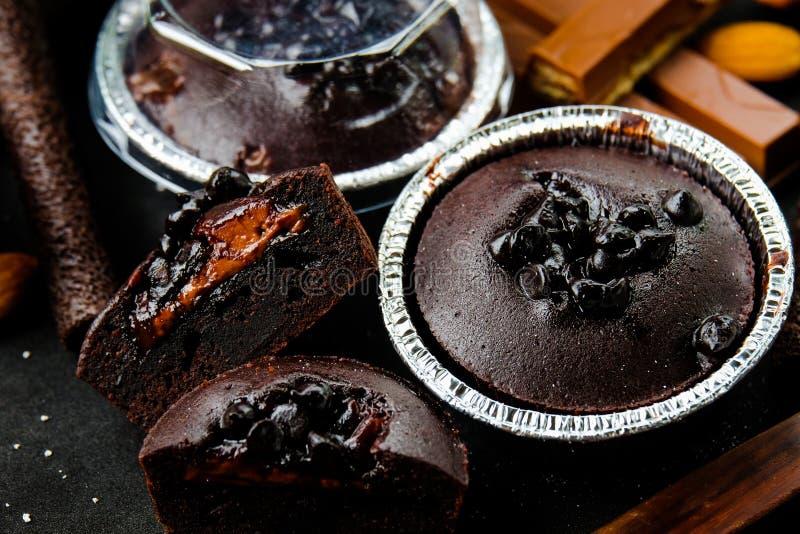 Lave foncée de chocolat de petit pain avec la puce de chocolat dans le plateau d'aluminium photos libres de droits