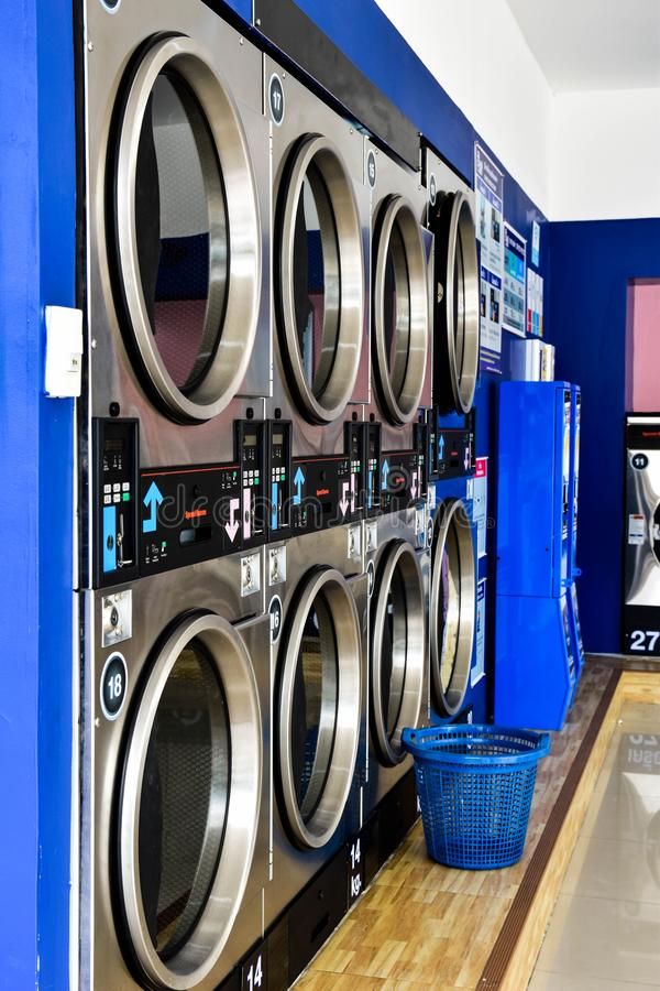 Lave-linge et lave-linge dans la buanderie en libre-service image stock