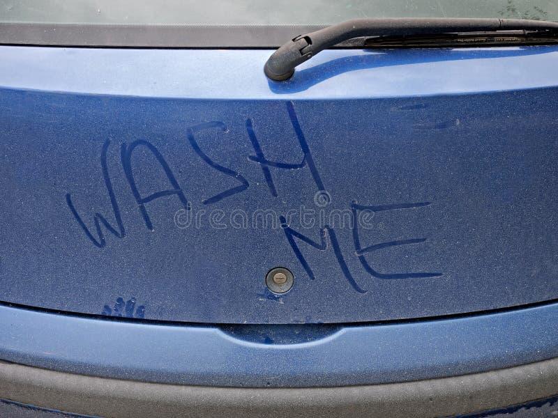 Lave-me - detalhe sujo do carro imagens de stock