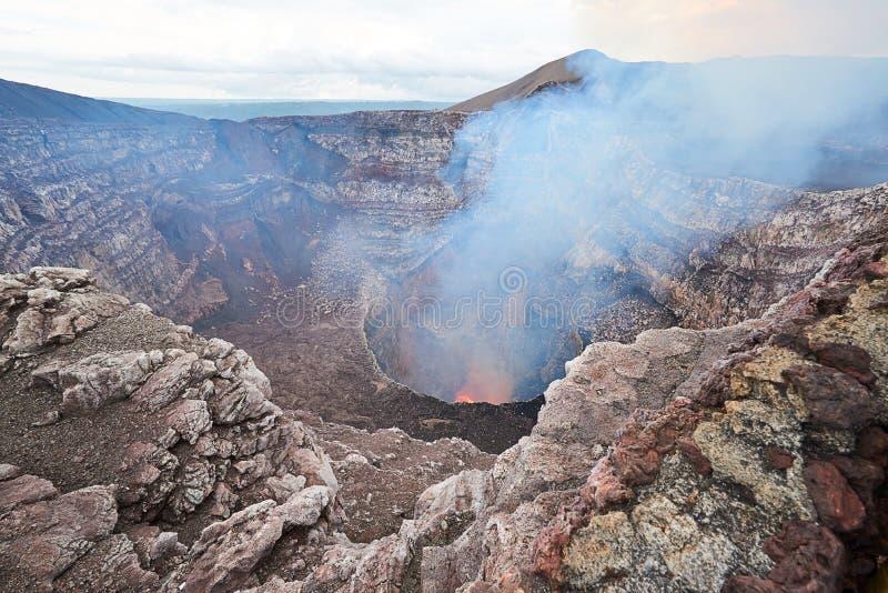 Lave orange en volcan photographie stock