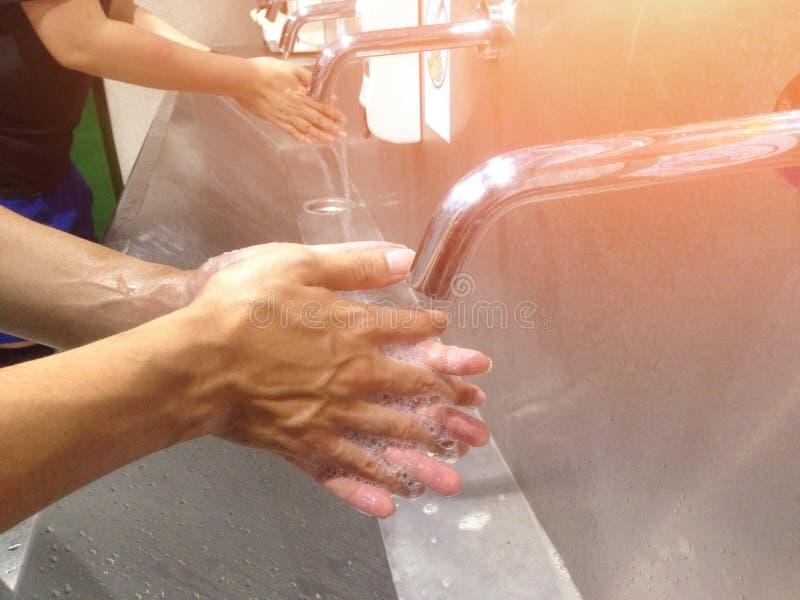 Lave sua mão no dissipador para a limpeza e a higiene foto de stock