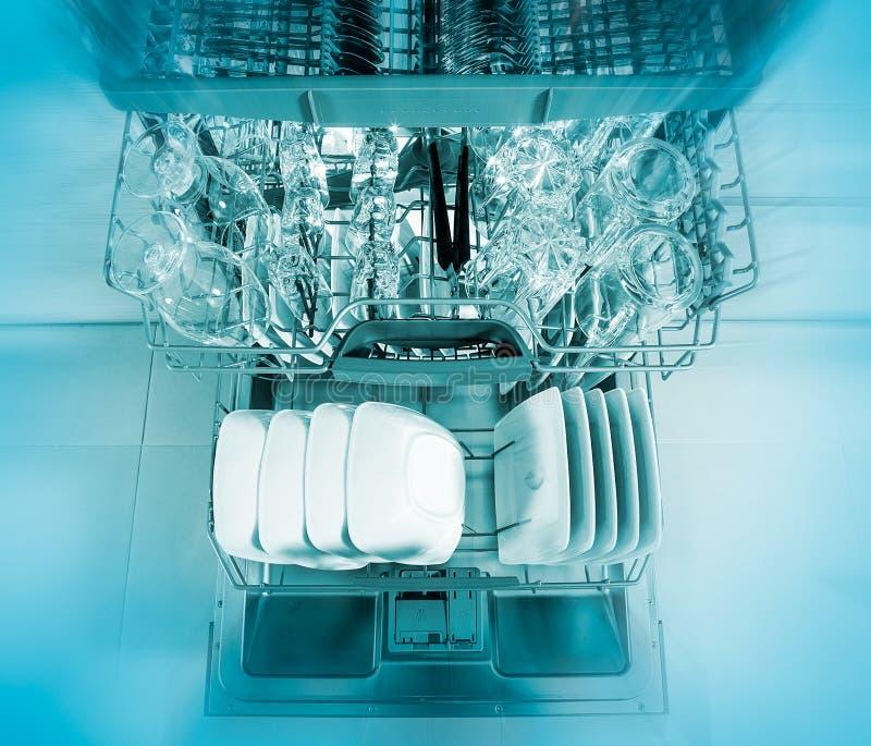 Lave-vaisselle après nettoyage du processus photos stock