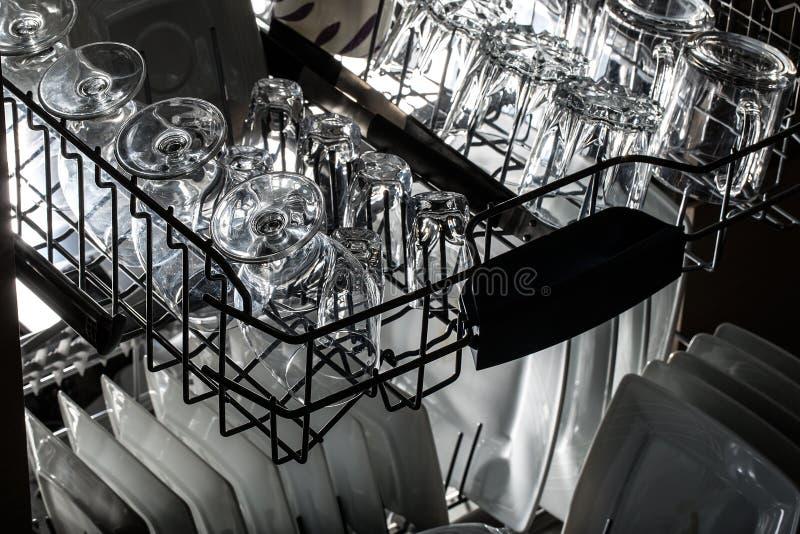 Lave-vaisselle après nettoyage du processus images libres de droits