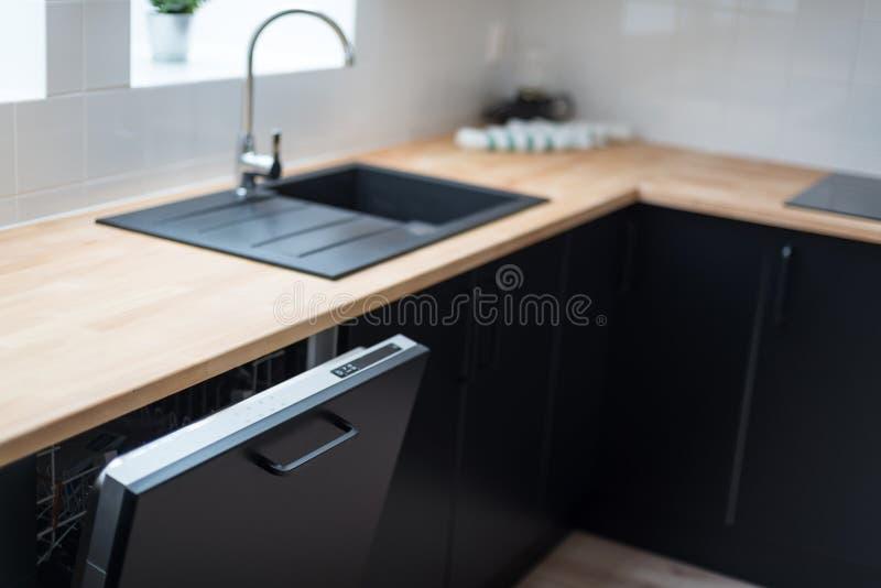 Lave-vaisselle ouvert moderne photo stock